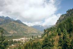 Sikt av bergen i dalen Kullu Royaltyfria Foton