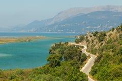 Sikt av bergen och lagun Butrint Arkivfoto