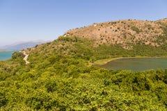 Sikt av bergen och lagun Butrint Royaltyfri Bild