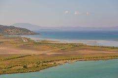 Sikt av bergen och lagun Butrint Arkivbild