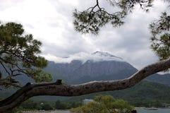 Sikt av bergen och stranden på en regnig dag i Kemer Arkivbild