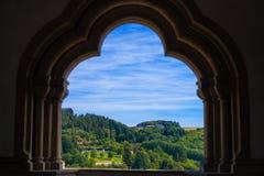 Sikt av berget och skogen i Vianden, Luxembourg, fr?n en b?ge inom den Vianden slotten royaltyfri bild
