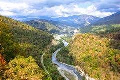 Sikt av bergfloden i nedgång royaltyfri foto
