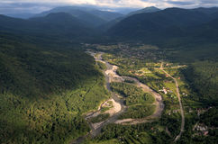 Sikt av bergfloden och byn från en höjd Sommar Arkivbild