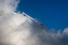 Sikt av bergklippan och den massiva molnframdelen Arkivbilder