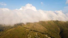 Sikt av bergområdet i moln från en sikt för öga för fågel` s Arkivfoton