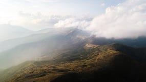 Sikt av bergområdet i moln från en sikt för öga för fågel` s Royaltyfri Foto