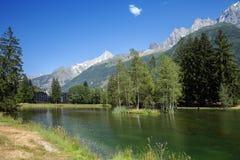 Sikt av bergsjön i fjällängar Arkivfoton