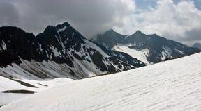 Sikt av bergskedja i schweiziska Alps i sommar Royaltyfri Fotografi
