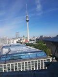 Sikt av Berlin med Fernsehturm fotografering för bildbyråer