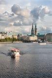 Sikt av Binnenalster sjön och mitten av Hamburg Arkivfoto