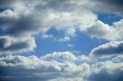 Sikt av blå himmel för vår med moln som är upplysta vid solen Royaltyfri Foto