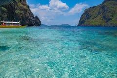 Sikt av blåa lagun- och bergöar Royaltyfria Bilder