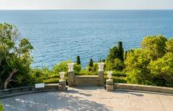 Sikt av Blacket Sea från den Vorontsov slotten i Alupka, Krim royaltyfri fotografi
