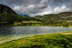Sikt av Bohinj sjön i den Triglav nationalparken Slovenien Royaltyfri Fotografi