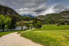 Sikt av Bohinj sjön i den Triglav nationalparken Slovenien arkivbilder
