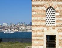 Sikt av Bosphorus Turist- skepp och lastpråm som seglar till och med det Sikt av Istanbul forntida byggnader royaltyfria bilder