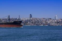 Sikt av Bosphorusen och skeppen och pråm som seglar till och med den Sikt av Istanbul till och med Bosphorusen royaltyfria bilder