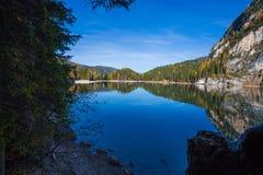 Sikt av Braies sjön i ett färgrikt höstlandskap i italienska Dolomitesfjällängar, Pusteria dal, inom Fanesen - Sennesen och Braie royaltyfri foto