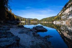 Sikt av Braies sjön i ett färgrikt höstlandskap i italienska Dolomitesfjällängar, Pusteria dal, inom Fanesen - Sennesen och Braie arkivbild