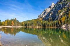 Sikt av Braies sjön i ett färgrikt höstlandskap i italienska Dolomitesfjällängar, Pusteria dal, inom Fanesen - Sennesen och Braie royaltyfri fotografi