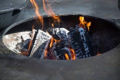 Sikt av branden med kol i det ovala hålet av fyrpannan royaltyfria foton