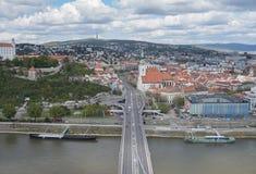 Sikt av Bratislava från ufobron Arkivbilder