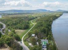 Sikt av Bratislava från ufobron Arkivfoto