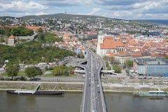 Sikt av Bratislava från ufobron Arkivfoton