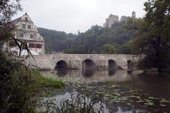 Sikt av bron över den Wornitz floden med slotten i dimmig bakgrund royaltyfri foto
