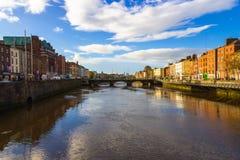 Sikt av bron över floden Liffey i Dublin royaltyfri fotografi