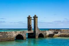 Sikt av bron av bollarna Puente de las Bolas i Arrecife, Lanzarote Fotografering för Bildbyråer