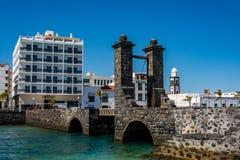 Sikt av bron av bollarna Puente de las Bolas i Arrecife, Lanzarote Royaltyfri Foto