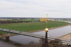Sikt av bron och floden Elbe i Torgau, Sachsen royaltyfri bild