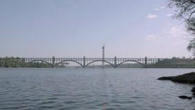 Sikt av bron till ön av Khortytsya ukraine zaporozhye arkivfilmer