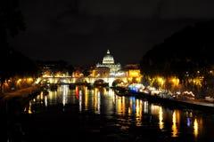 Sikt av bron av Vittorio Emanuele II med kupolen av basilikan av St Peter i bakgrunden rome Arkivfoto