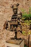 Sikt av bronsstatyn av doftsäljaren centret av Grasse Arkivbild