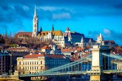 Sikt av Budapest cityscape med kedjebron, Matthias Church och fiskaren Bastion hungary arkivfoto