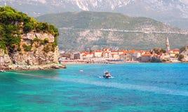 Sikt av Budva den gamla staden från havet i en härlig dag, Montenegro Arkivfoto