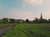 Sikt av bygd och kyrkan nära Kidwelly Fotografering för Bildbyråer