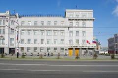Sikt av byggnad av stadsadministrationen, Omsk, Ryssland Royaltyfri Bild
