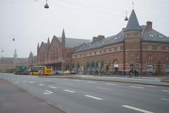 Sikt av byggnaden av den dimmiga November för järnvägsstation dagen copenhagen Arkivfoton
