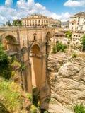 Sikt av byggnader över klippan i ronda, Spanien Arkivfoto
