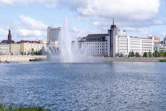 Sikt av byggnader från andra sidan av floden arkivbilder