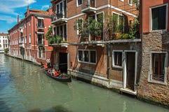 Sikt av byggnader framme av kanalen med gondolen i Venedig Royaltyfri Foto