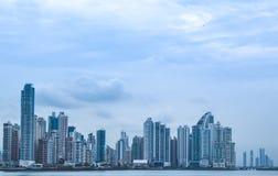 Sikt av byggnader i Panama över havet fotografering för bildbyråer