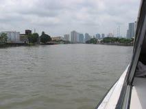 Sikt av byggnader längs den Pasig floden, Manila, Filippinerna royaltyfri fotografi