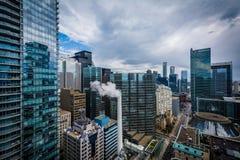Sikt av byggnader längs den Simcoe gatan, i i stadens centrum Toronto, Onta Arkivfoto