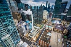 Sikt av byggnader längs den Simcoe gatan, i i stadens centrum Toronto, Onta Royaltyfria Bilder