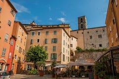 Sikt av byggnader med restauranger i Grasse Royaltyfri Bild